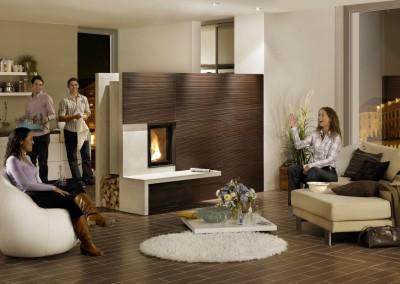 Brunner - HKD 2.2 als Raumteiler mit brauner Keramik zwischen Küche und Wohnzimmer mit Models Keramik Kaufmann